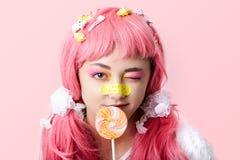 Portret van een Aziatisch meisje in een roze pruik in een kawaistijl stock afbeelding