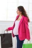 Portret van een Aziatische Zwangere het document van de vrouwenholding zak, stock fotografie
