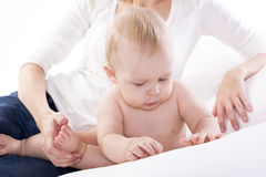 Portret van een baby tegen de moeder Royalty-vrije Stock Foto