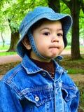 Portret van een babyjongen in een denimjasje en een hoed van Panama Stock Afbeelding