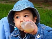 Portret van een babyjongen in een denimjasje en een hoed van Panama Stock Afbeeldingen