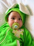 Portret van een babyjongen in een konijnkostuum met een babysmodel in zijn mond Royalty-vrije Stock Foto