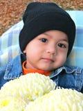 Portret van een babyjongen met een boeket van chrysanten Stock Foto
