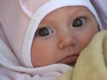 Portret van een babymeisje in een roze hoed en met grote bruine ogen royalty-vrije stock afbeelding
