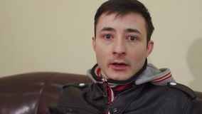 Portret van een bang gemaakte jonge mens, langzame motie stock video