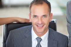 Portret van een bedrijfsleider in bureau stock foto's