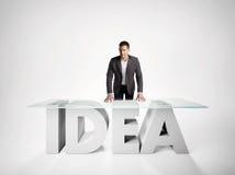 Portret van een bedrijfsmens die op IDEElijst leunen Stock Afbeeldingen