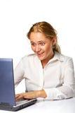Portret van een bedrijfsvrouw die aan laptop werkt Royalty-vrije Stock Afbeelding