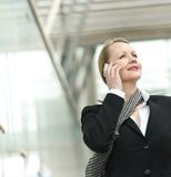 Portret van een bedrijfsvrouw die op de telefoon in openlucht spreken stock afbeeldingen