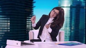 Portret van een bedrijfsvrouw in een pak Glimlachend spreekt zij op de telefoon en ondertekent een contract Geeft het aan van hem stock videobeelden