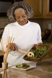Portret van een bejaarde Afrikaanse Amerikaanse vrouw thuis Stock Foto