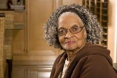 Portret van een bejaarde Afrikaanse Amerikaanse vrouw thuis stock afbeeldingen