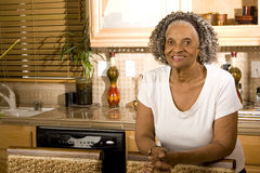 Portret van een bejaarde Afrikaanse Amerikaanse vrouw thuis stock afbeelding