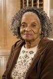 Portret van een bejaarde Afrikaanse Amerikaanse vrouw thuis stock foto's