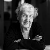 Portret van een bejaarde gelukkige vrouw Stock Foto