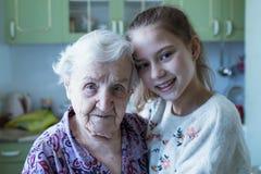 Portret van een bejaarde met haar geliefde kleindochter Familie royalty-vrije stock fotografie
