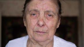 Portret van een Bejaarde met Rimpels en Leeftijdsvlekken Zieke Parkinson stock videobeelden
