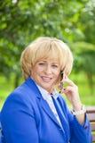 Portret van een bejaarde mooie vrouw die op een celtelefoon spreken Royalty-vrije Stock Afbeelding
