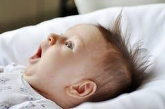 Portret van een benieuwd zijnd babymeisje Stock Fotografie