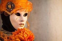 Portret van een betoverende en verleidelijke vrouw met mooie ogen en Venetiaans masker tijdens Venetië Carnaval Royalty-vrije Stock Foto