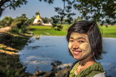 Portret van een Birmaans meisje met thanaka op haar gezicht Royalty-vrije Stock Fotografie