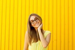 Portret van een blij meisje die stuk speelgoed grappige glazen dragen die op o kijken royalty-vrije stock foto
