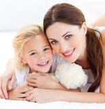 Portret van een blije moeder en haar dochter Stock Foto