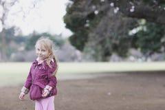 Portret van een blond meisje in mooie kleren royalty-vrije stock afbeelding