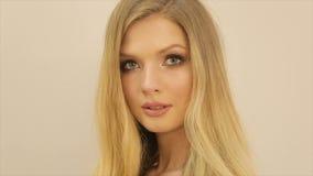 Portret van een blond model met make-up stock videobeelden