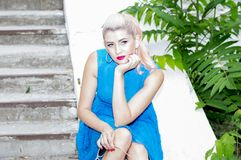 Portret van een blonde bij de stappen stock afbeeldingen