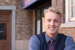 Portret van een blonde jonge mens buiten Stock Afbeeldingen