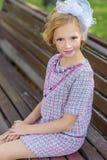 Portret van een blonde in roze kledij in een park in openlucht Stock Afbeeldingen