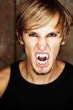 Portret van een blonde vampier stock foto