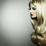 Portret van een blonde vrouw met lange wimpers Stock Foto