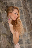 Portret van een blonde vrouw met mooi haar Royalty-vrije Stock Foto's