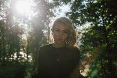 Portret van een blondevrouw op een zonnige dag Royalty-vrije Stock Foto's
