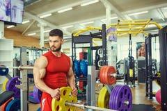 Portret van een bodybuilder met baard in de gymnastiek stock foto's
