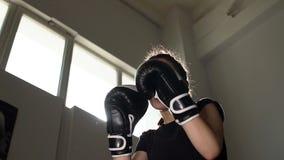 Portret van een bokser die van het Tienermeisje de builen in de Ring uitwerken Langzame Motie stock video