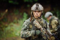 Portret van een boswachter in het slagveld met een kanon royalty-vrije stock foto's