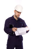 Portret van een bouwer in een witte helm op een wit Stock Afbeelding