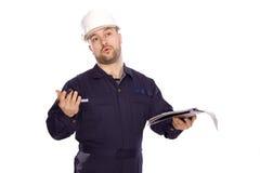 Portret van een bouwer in een witte helm op een wit Stock Afbeeldingen