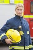Portret van een brandbestrijder status Stock Foto