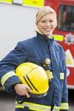 Portret van een brandbestrijder status Stock Fotografie