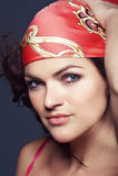 Portret van een brunette in een heldere sjaal Royalty-vrije Stock Foto