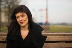 Portret van een brunette in openlucht in ondiepe dof Royalty-vrije Stock Foto's