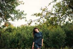Portret van een brunnete gelukkig en glimlachend meisje Stock Foto's