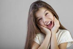 Portret van een charmant donkerbruin meisje Royalty-vrije Stock Foto's