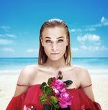 Portret van een charmante dame die een boeket van rozen houden Royalty-vrije Stock Afbeelding