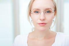 Portret van een charmante jonge vrouw met glazen Stock Afbeeldingen