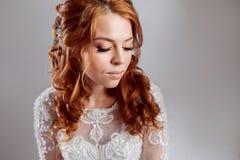Portret van een charmante roodharige bruid, Studio, close-up Huwelijkskapsel en make-up stock foto